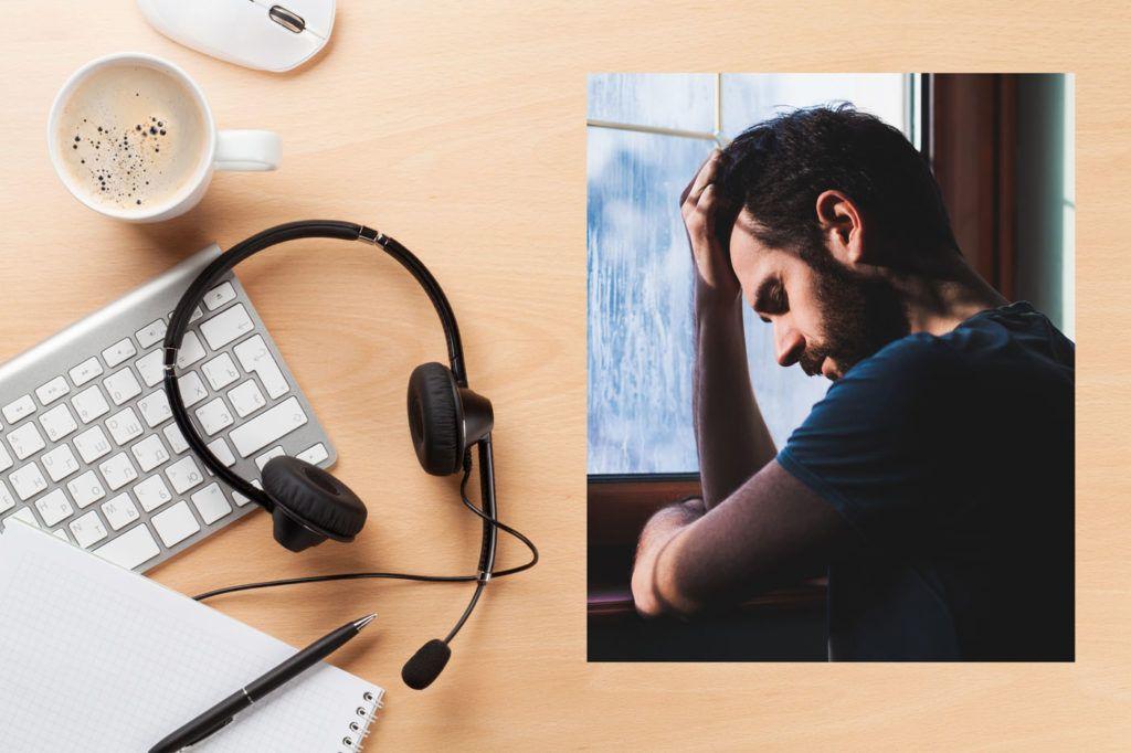 skrivebord med headset og pc