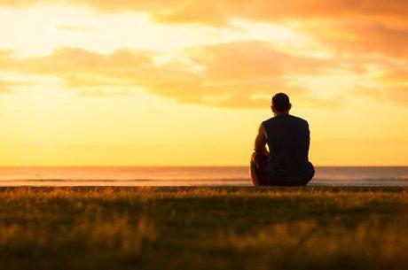 mand sidder og kigger ud i horisonten